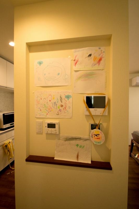 キッチン脇のニッチは広めに取って、様々な操作盤の他にお子様の成長を感じるスペースにしました。ごちゃごちゃしがちな作品たちも纏めることでスッキリとさらに視線が届きににくい場所なのできになりません。