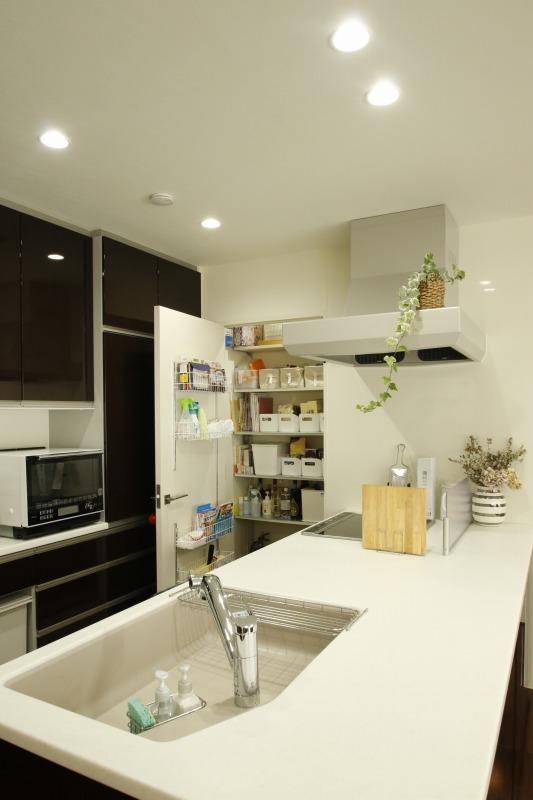 キッチンの奥にパントリー 棚の引き出しには見出しがついて中身がすぐわかります