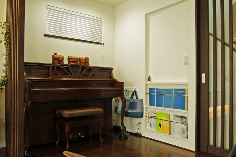 インテリアカラーにマッチしたピアノ 横のルーバーは奥様のご提案。お部屋のアクセントになっています
