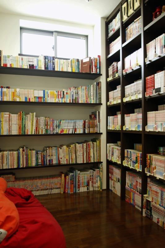 3階の廊下にマンガ図書室を設けました
