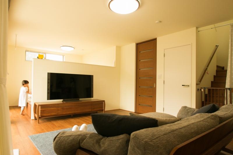 リビング奥に床上げの収納付き畳コーナーを設けリラックス+収納スペースの確保。TV後ろの壁の上を開放することで、閉塞感をなくしリビングへの光を遮りません