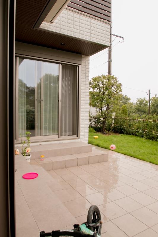 リビング・ダイニング・庭の一体感を出すために部屋をL型に設置し、お部屋の解放感と広さを演出