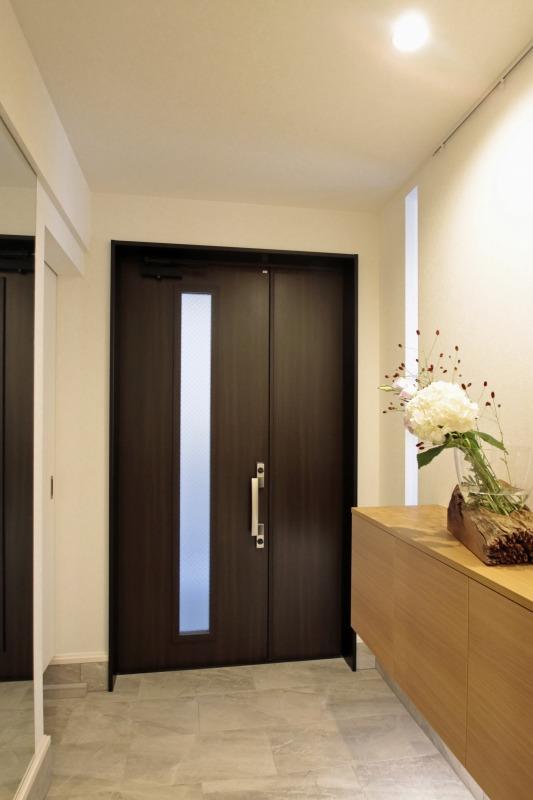 広くとった玄関はシンプルな高級感を演出