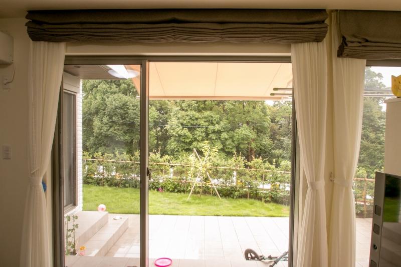 オーニングテントで日差しを遮り、不要な時は収納できます