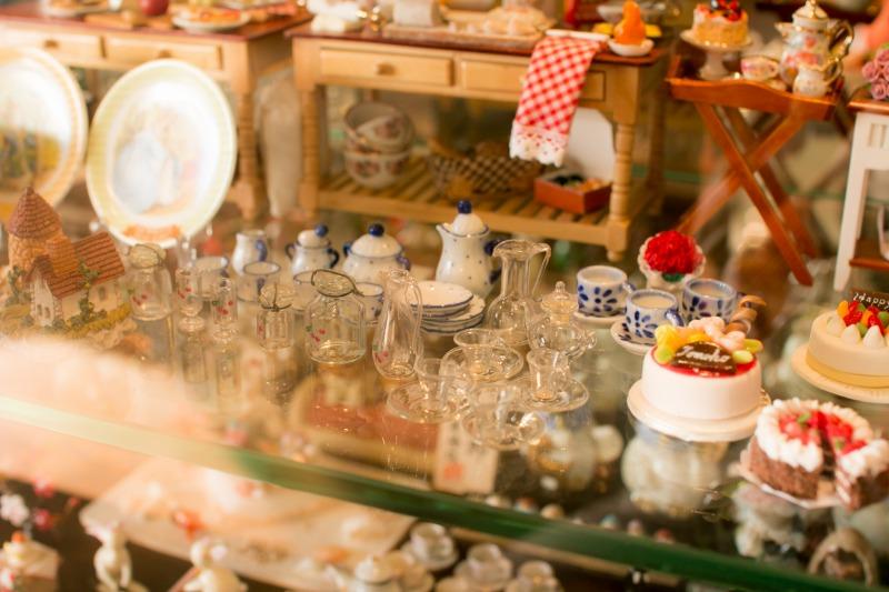 ドールハウスは奥様の手作り、可愛らしい小物もすっきりと収納できます