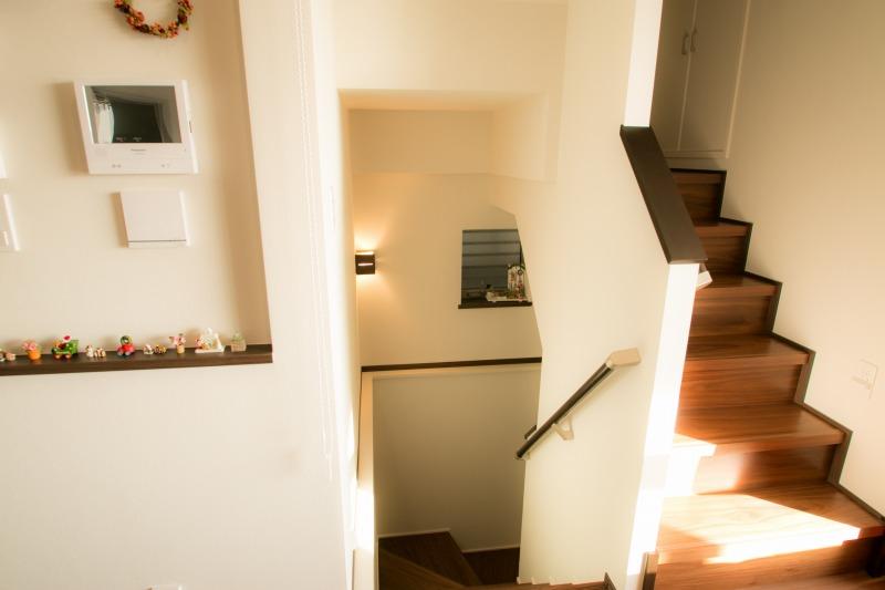 地下と2階をつなぐ階段