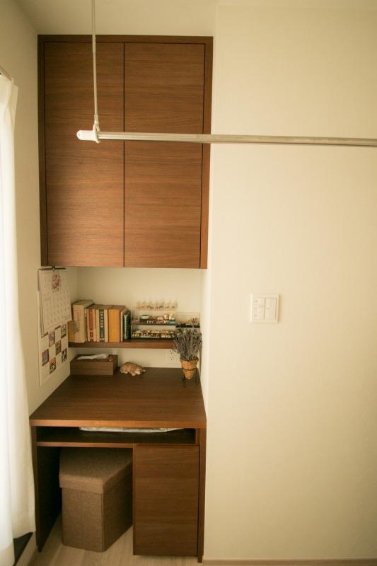 小さいスペースでも収納がいっぱい!かさ張るアイロン台の専用収納棚机の下にご用意しました
