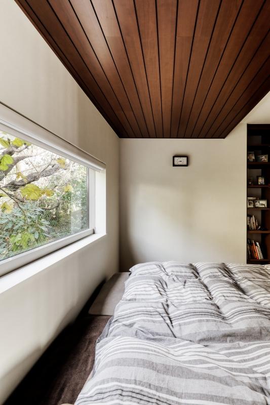 寝室。大きな窓からの朝日が気持ちいいそうです