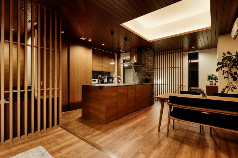 部屋全体の照明は間接照明に。生活感のある冷蔵庫などの家電製品は扉の中へ、更に、たくさんの木の温もりで心地よいLDKになっています