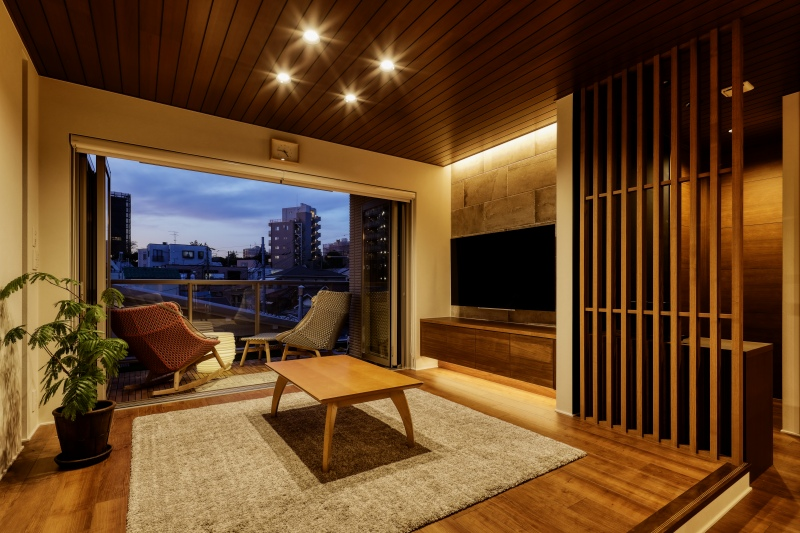 LDKは人目を気にせずに大きく開口。ダイニングの天井をくり貫いて照明を設置し部屋に広さを、リビングは一段上げることで部屋に変化を持たせています。