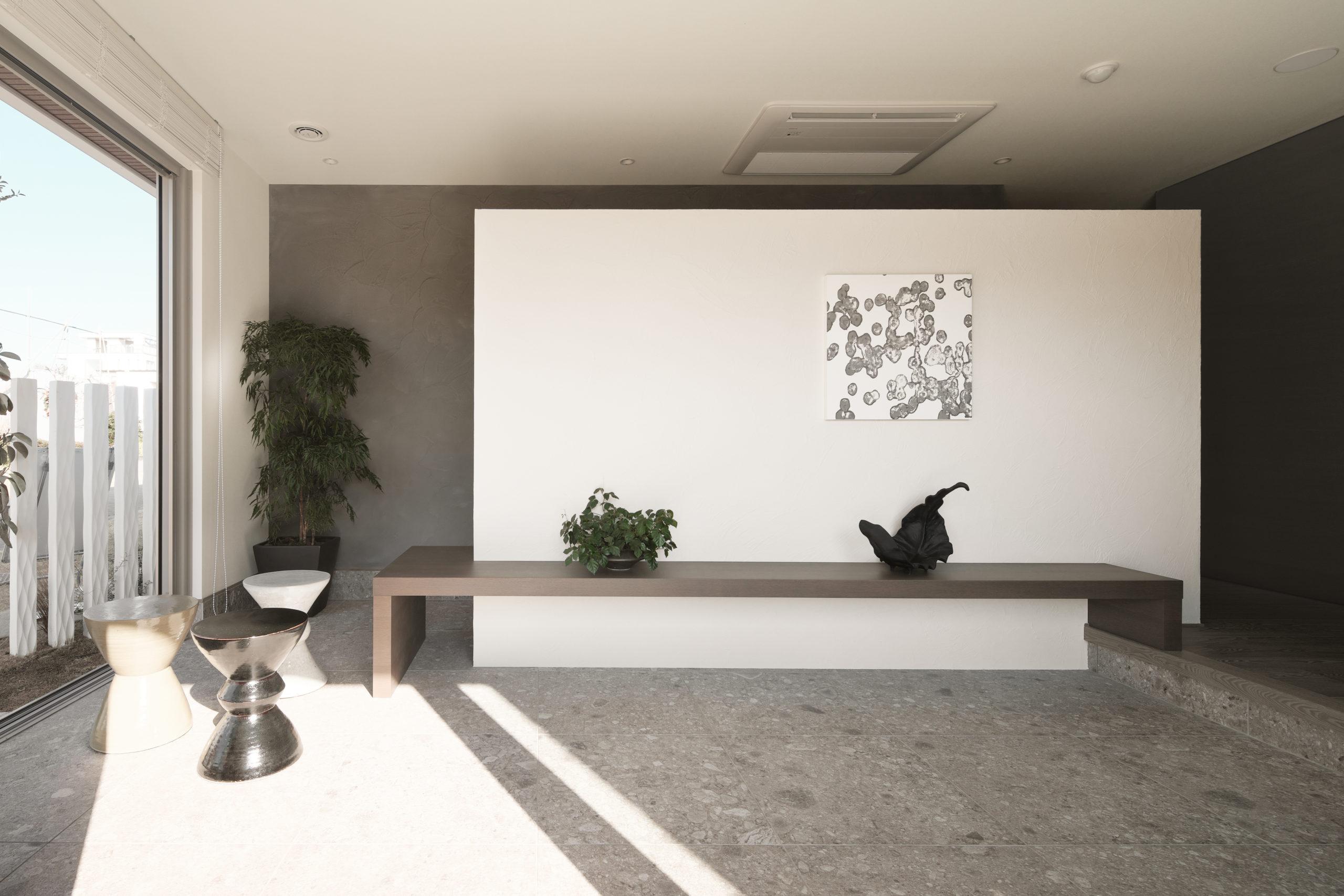 広い玄関は土間として多彩に使用できる空間に!アクセントウォールの裏に家族用のシュークロークと入口があり玄関を綺麗に保つことが出来ます。