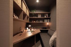 秘密基地のようなご主人さまの書斎は、コンパクトながら趣味の世界に没頭できる憧れのスペース