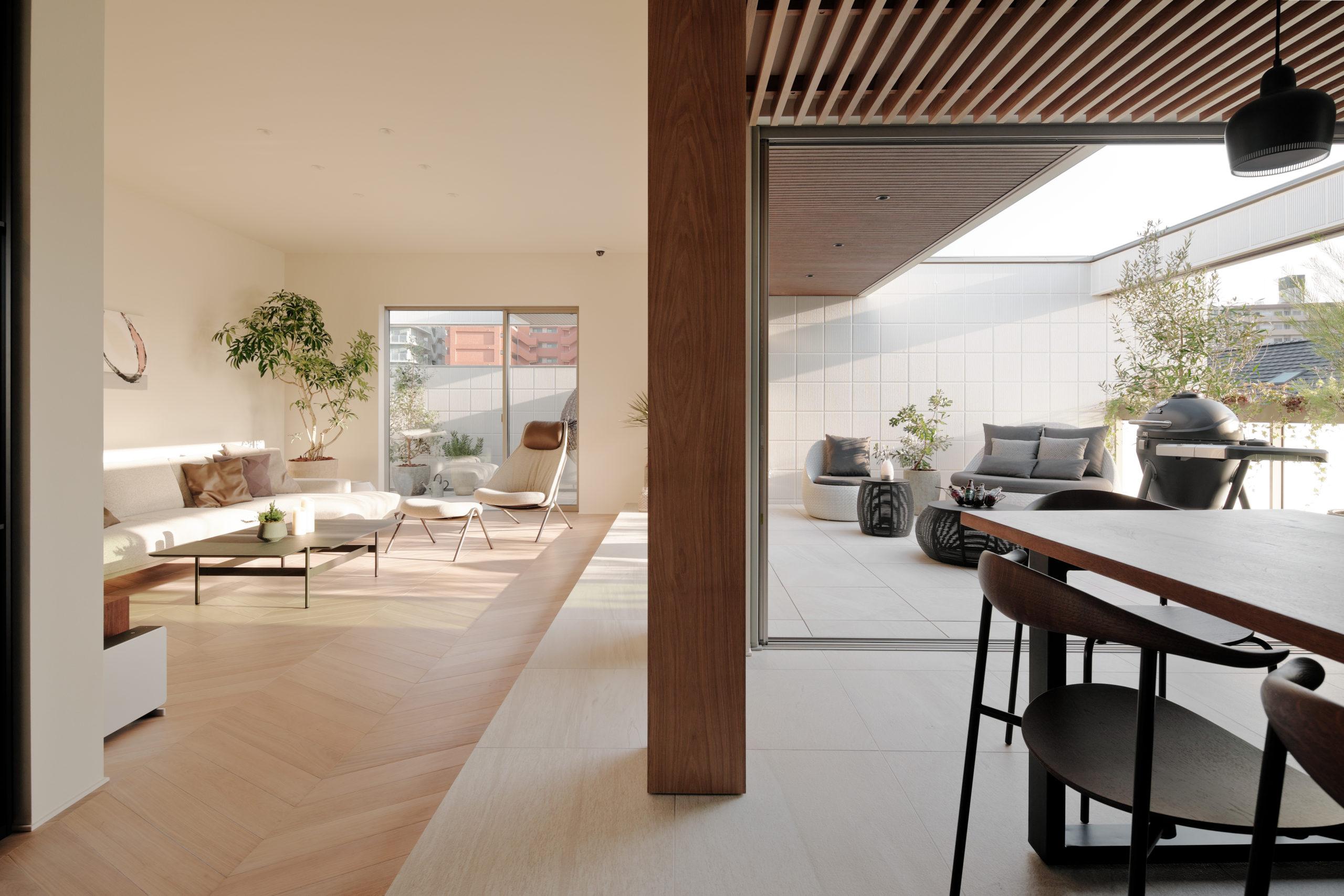 室内から外に向かって床をフラットにしタイルを繋げる事で、大空間を演出しました