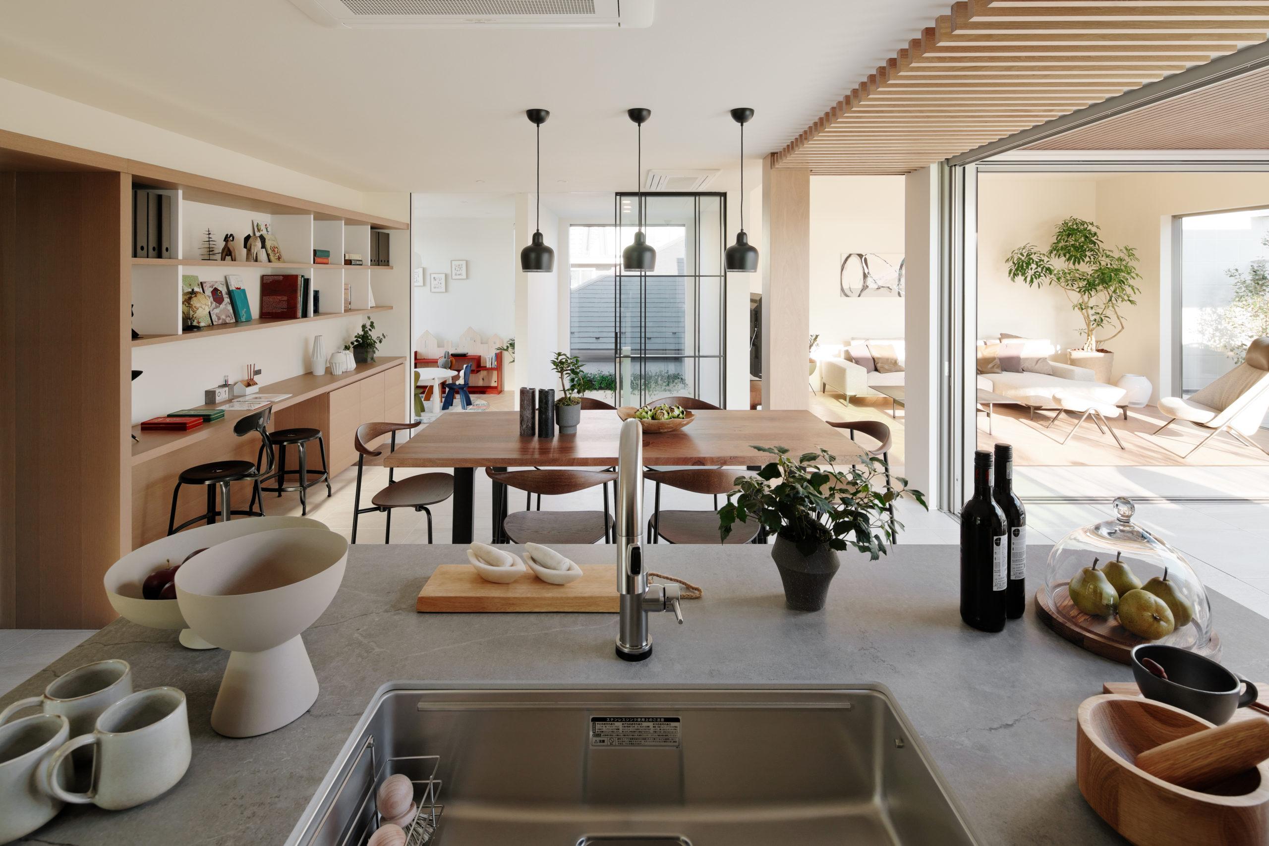 キッチンから、すべての部屋を確認できる様に配置。 家族で一緒に料理をしたり 、パーティーをしたりと多彩に活用出来る空間になっています