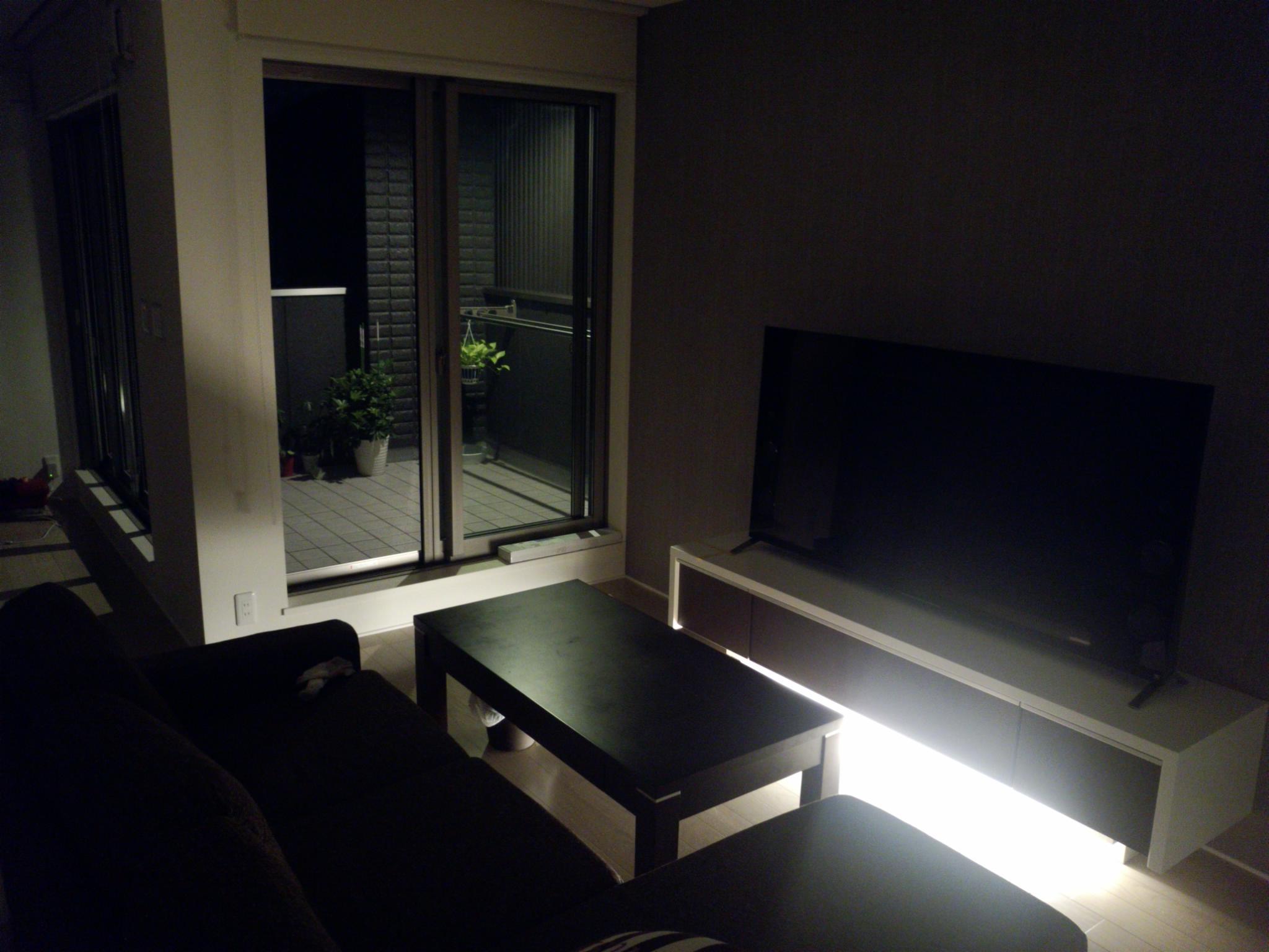 夜のリビングはTV台下の間接照明が演出