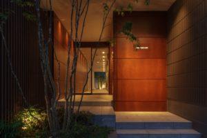 オートロックのエントランス。奥の中庭まで見通せる設計で、解放感と高級感が際立ちます