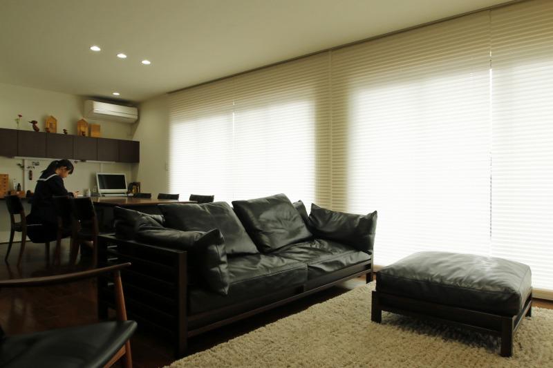 プリーツスクリーンカーテンは隣と隙間をなくす事で一面の壁になるように設置しスッキリ感と広さを演出