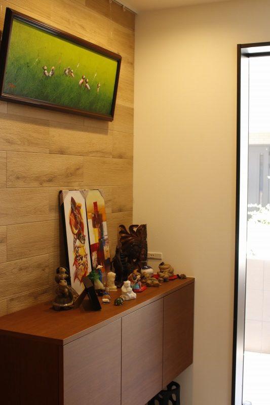 好きな小物を玄関に 壁は小物が映えるエコカラット仕上げに