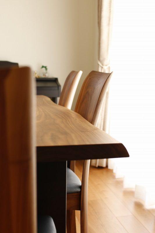 インテリアにあわせて木目を活かしたダイニングテーブルを選びました