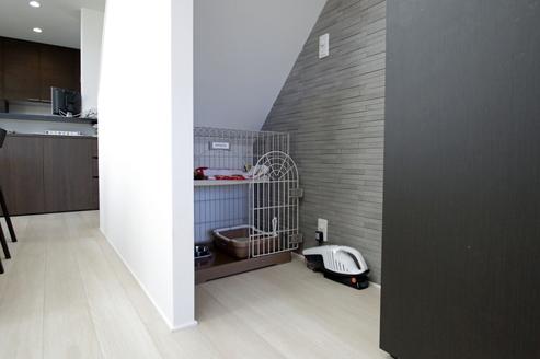 屋上への階段したは、愛猫のくつろぎスペース来客時でもリラックス出来る場所