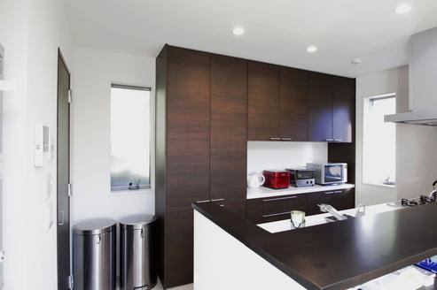 キッチンは濃い色を選択し落ち着きのあるスペースににしました