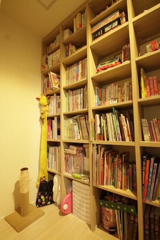 廊下の壁一面に本棚を設置お子様ごとに一列に教科書やおもちゃまで収納、各お部屋がスッキリしているそうです