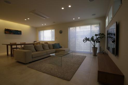 1階リビングはタイル敷きの床暖房、目の前の道からの視線はルーバーが遮ります