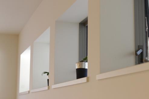 視線が入らない位置に採光用の窓を設置
