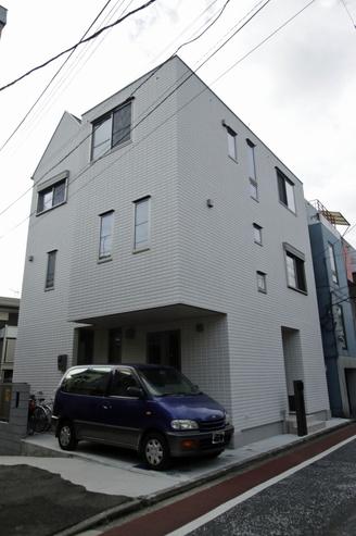 三角屋根は3階リビングの小屋裏です。