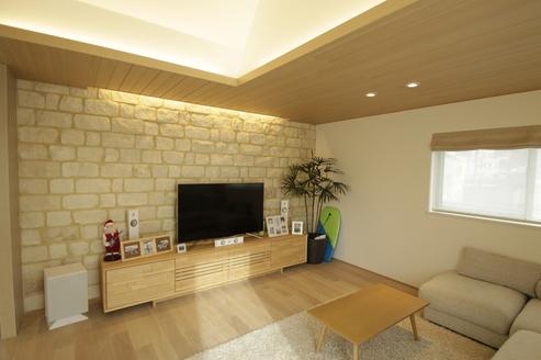 TV後ろの壁はシンプルなお部屋にアクセントを加えています