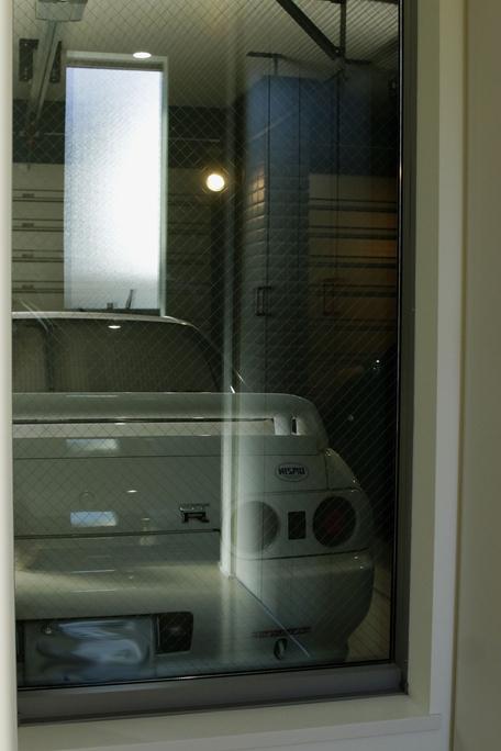室内からライトアップされて愛車を見る事ができます