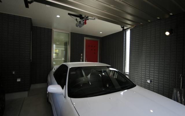 こだわりの赤の扉と電動シャッター、もちろん照明も完備