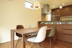 カフェの雰囲気のくつろげるダイニングテーブルと チェア
