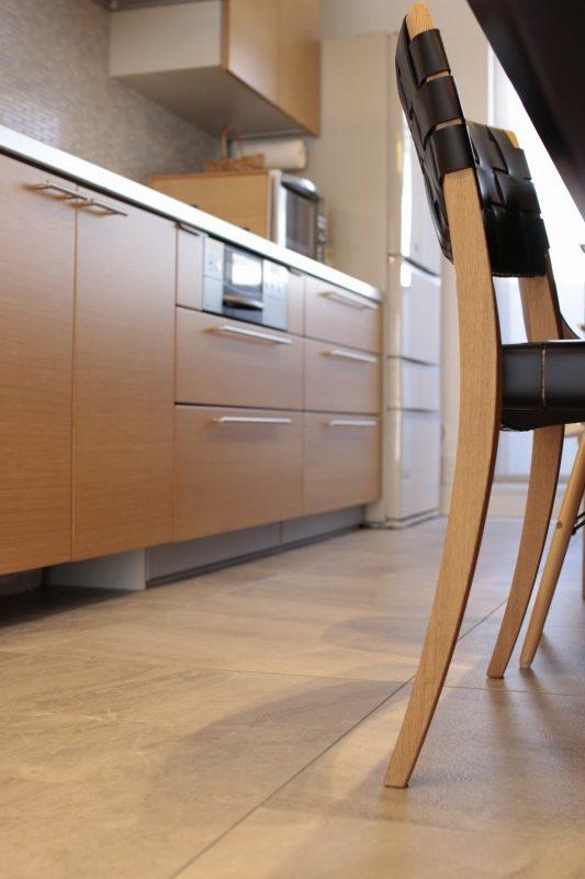 キッチンの床はタイルで清掃が簡単に