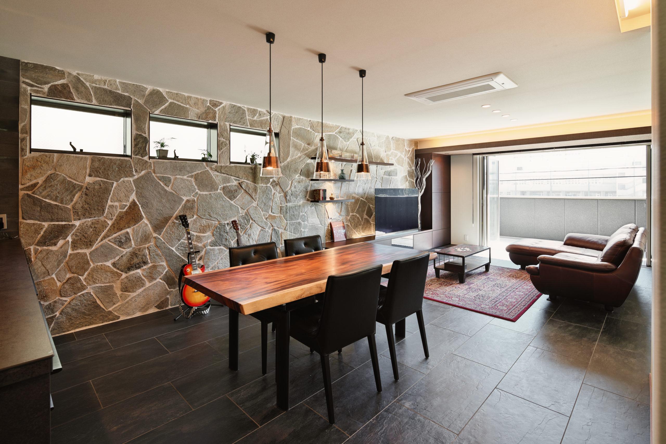 ダイナミックな壁面の天然石は、あえてサイズや形をそろえないデザインとしました