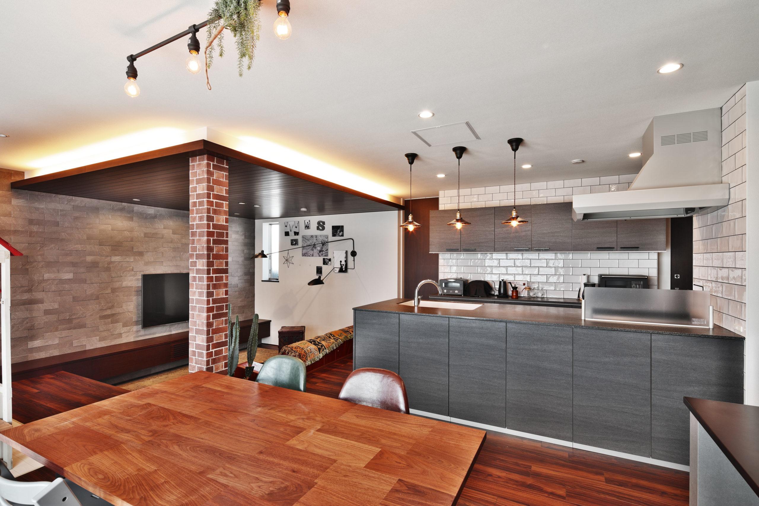 3階ダイニング、キッチン、リビングのつながり。レンガ調の壁紙を巻き、柱に存在感を与える