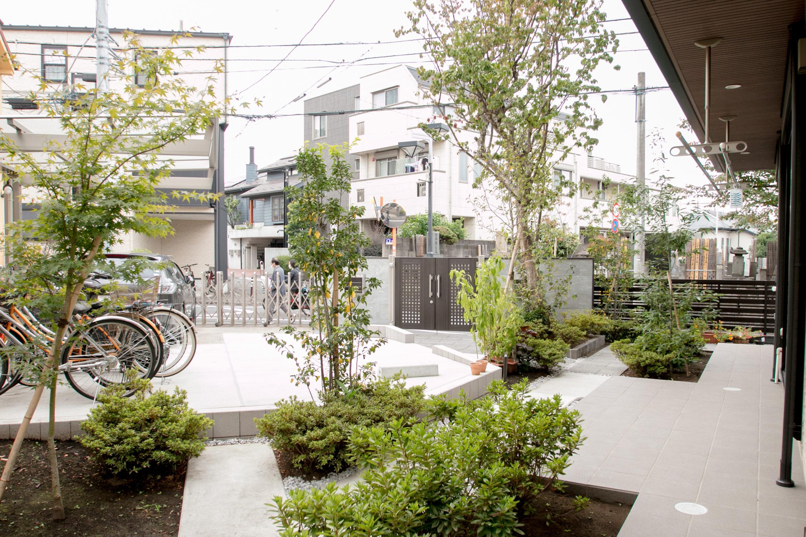 境のないカーポート・アプローチ・庭を緑を上手く配置することで分離