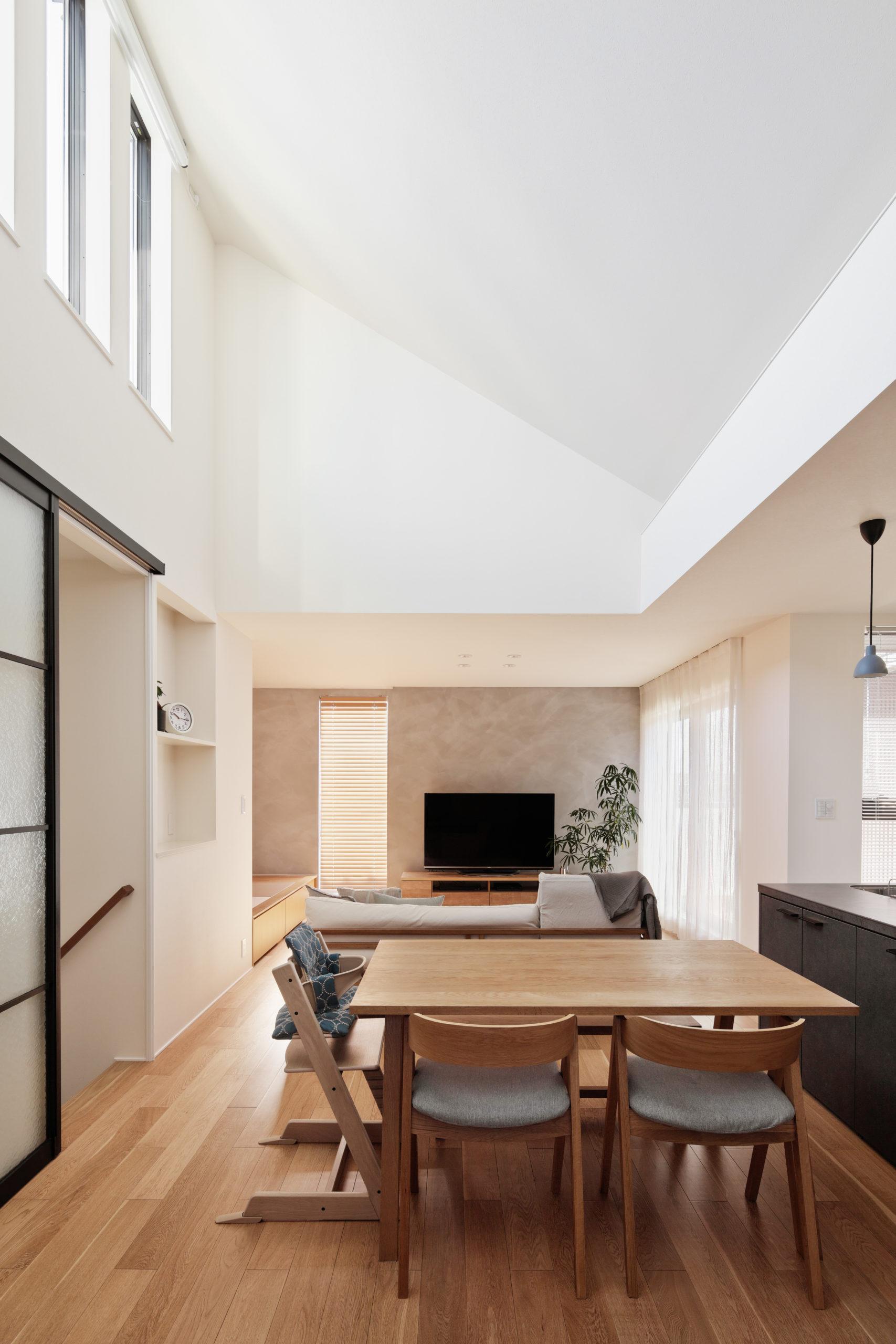 伸びのあるまっすぐな家具配置で広がりを感じられます