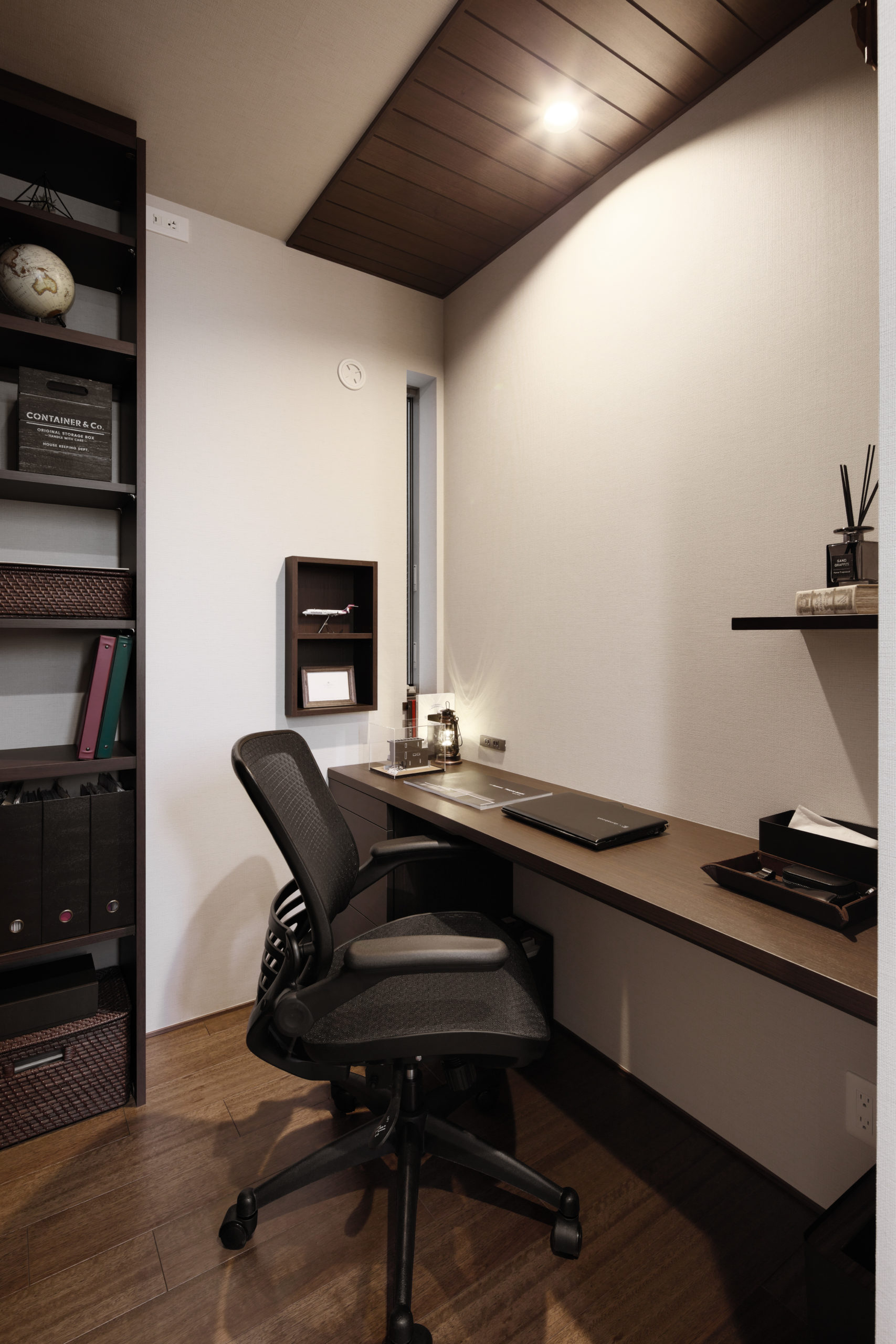 書斎は木貼り天井・本棚・壁埋め込み収納と作りつけのデスクをご採用頂きました
