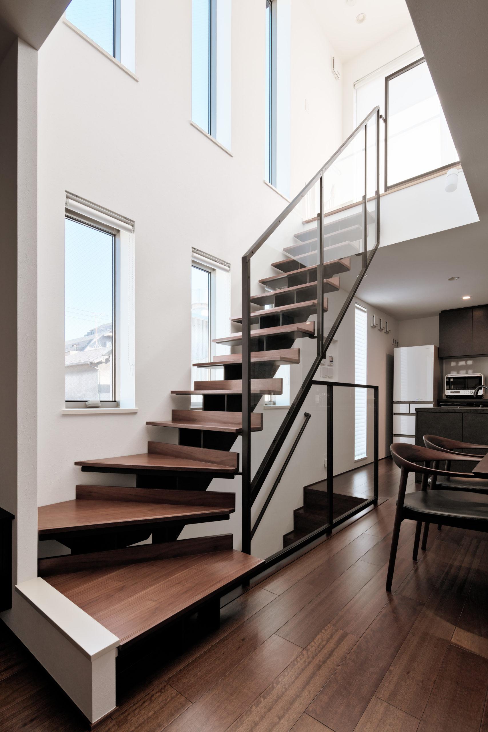 開放感を演出するスケルトン階段+吹き抜け