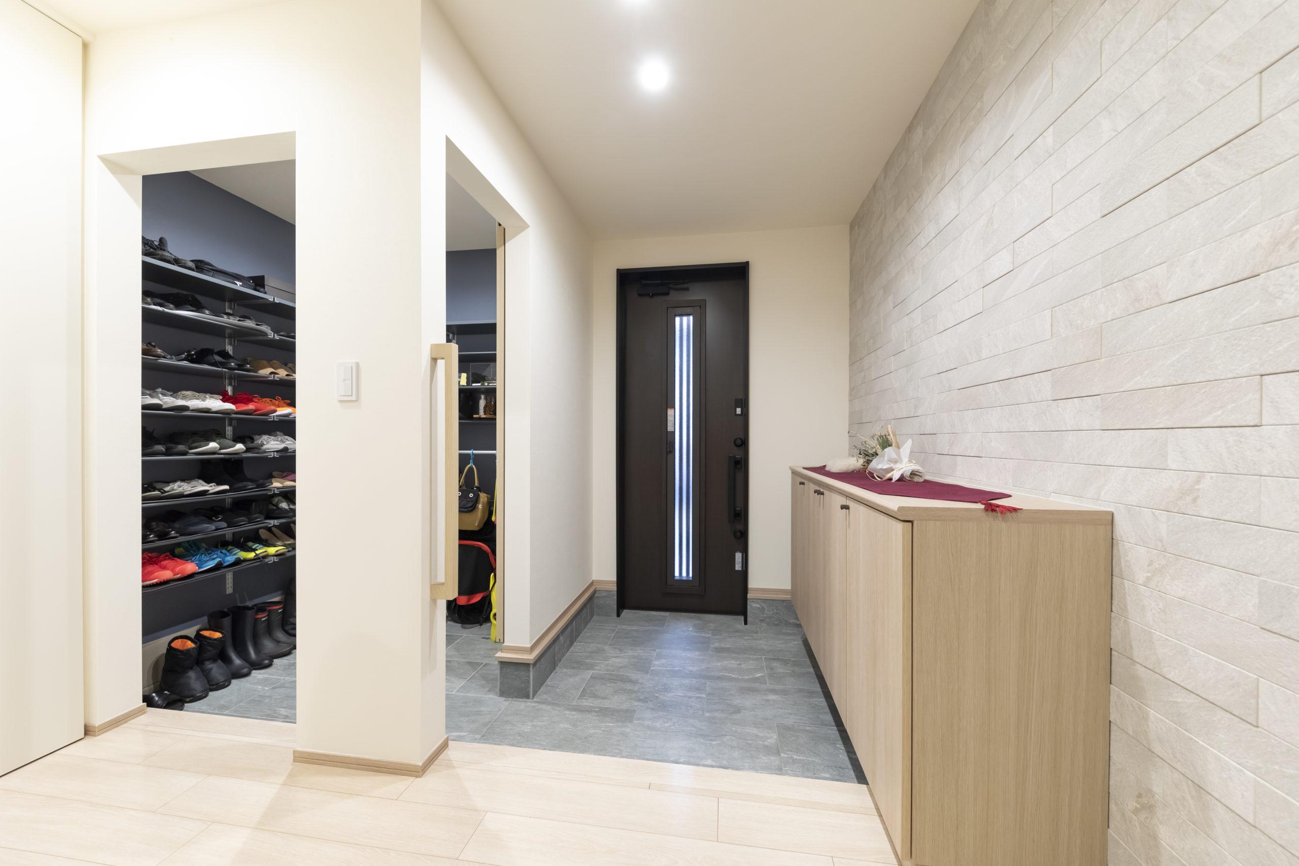 大容量のシューズクロークで二世帯分の靴やペット用品をたっぷり収納