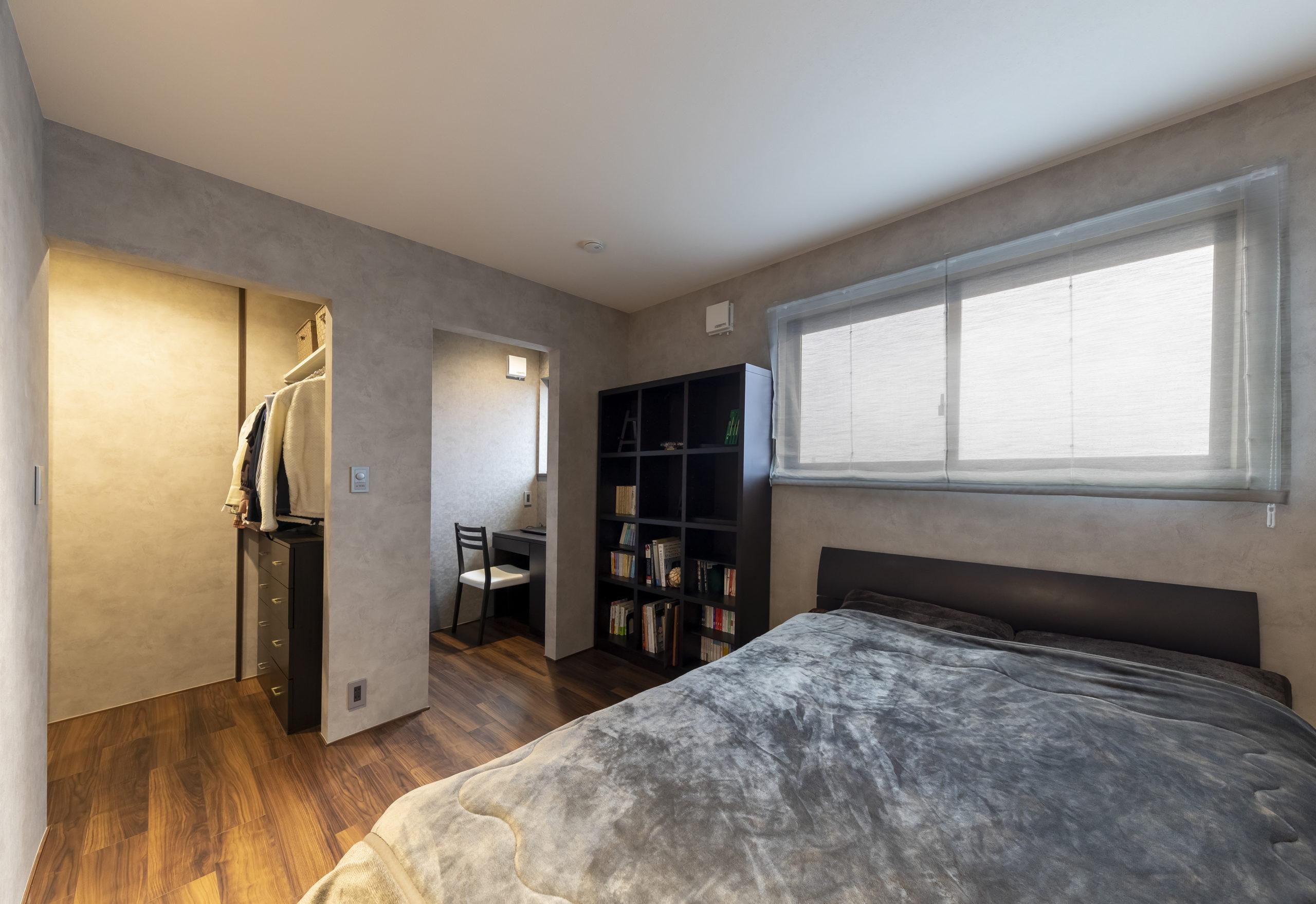 2F子世帯、ランドリールームに直接つながるウォークインクローゼットに、 テレワークにも大活躍の書斎を備えた寝室