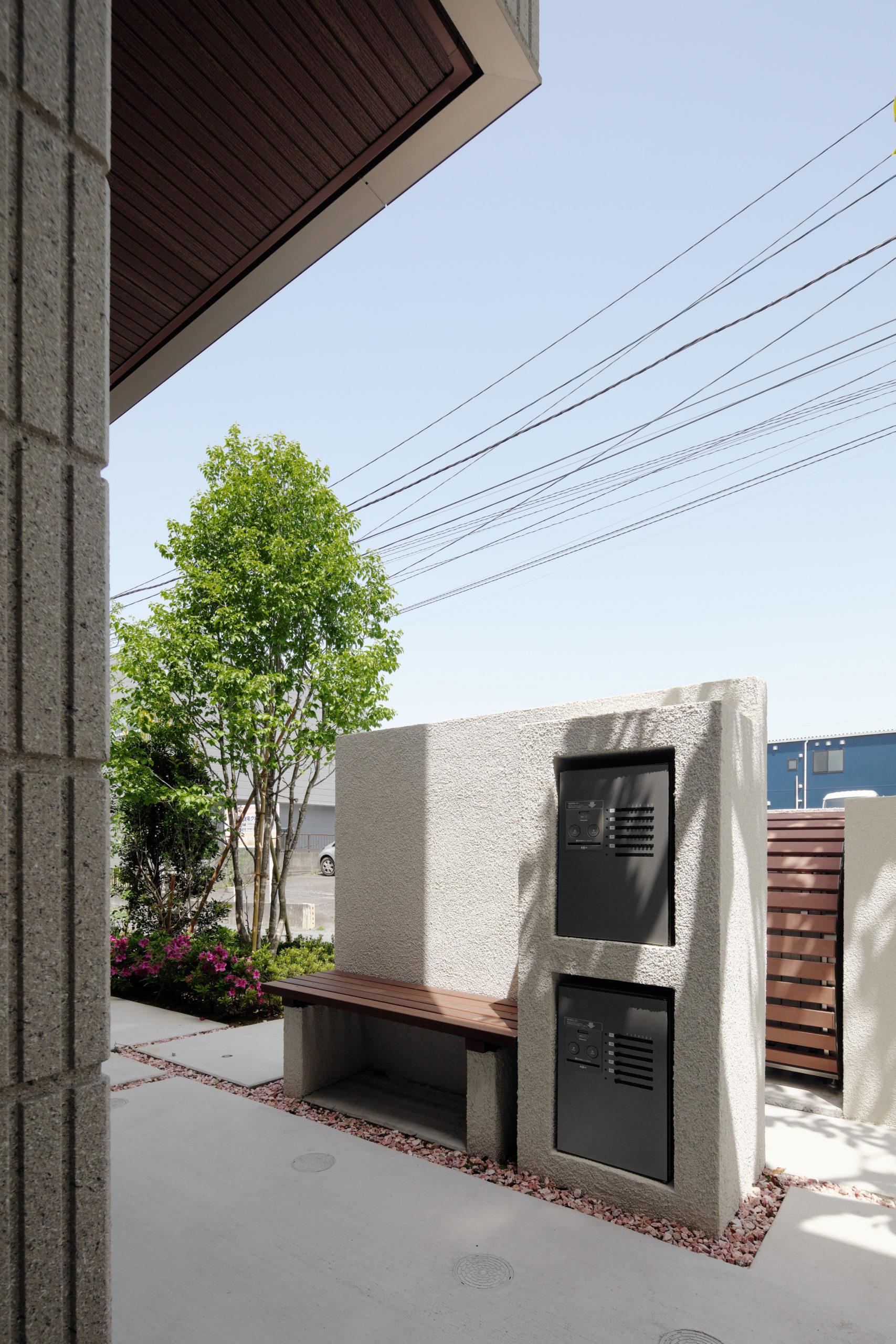 宅配BOXと住人のの憩いスペースとしてベンチを配置