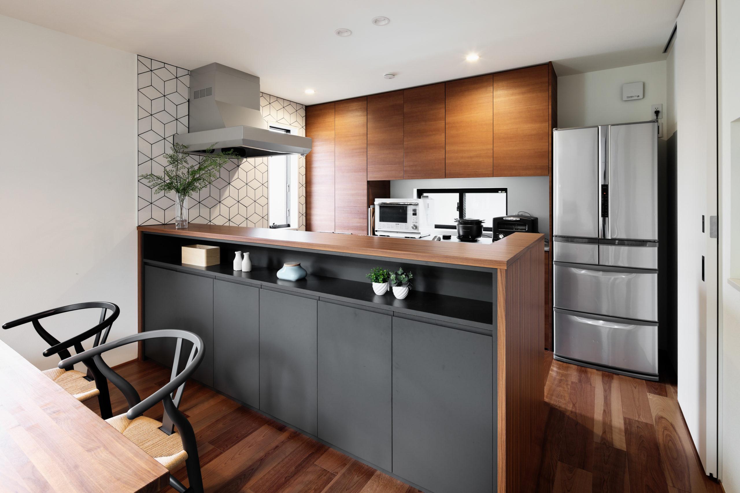 キッチン前の収納はインテリアカラーとなっているグレーでアクセント