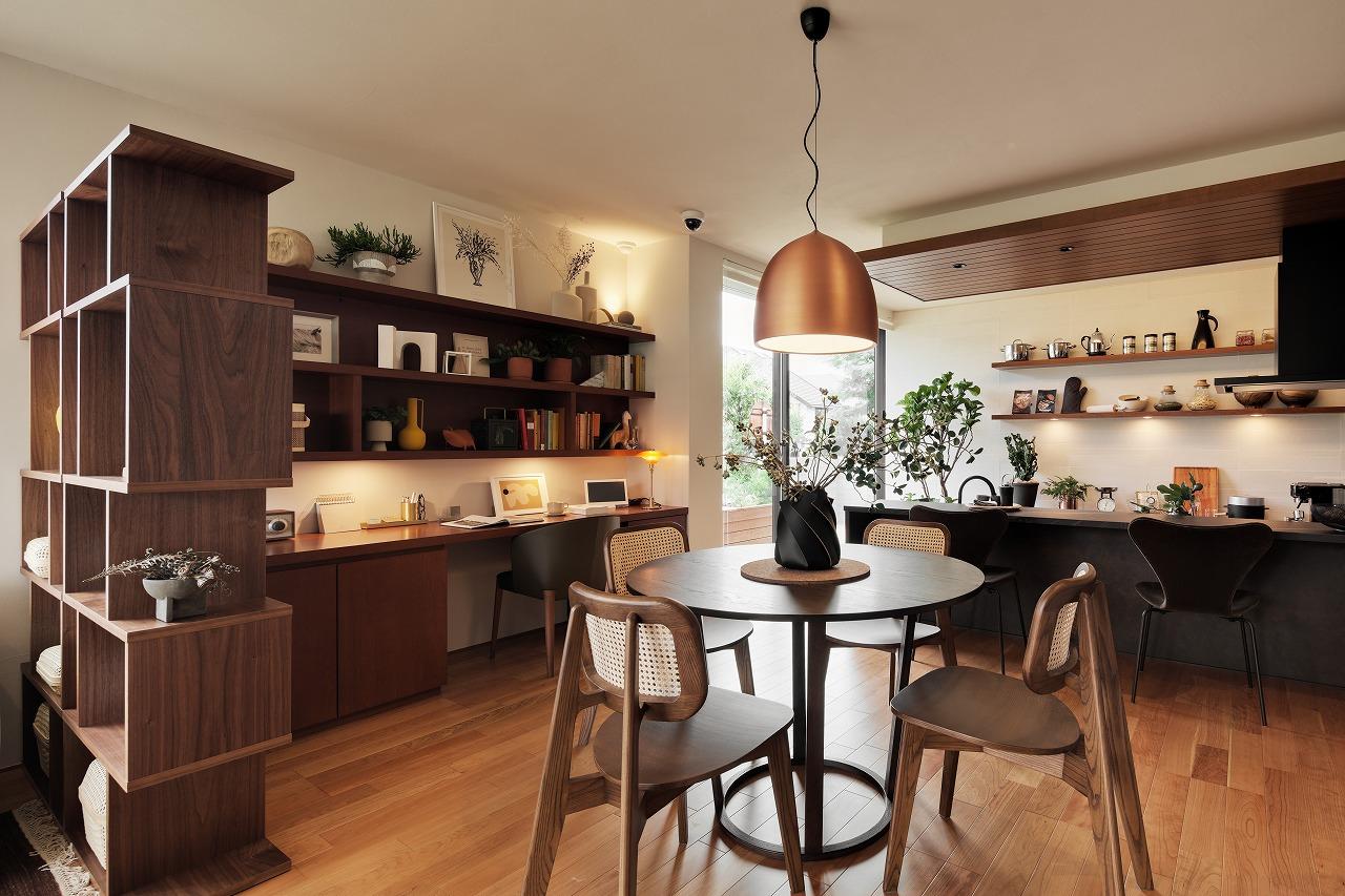 木質感が落着く空間でキッチンは一段低く設置。椅子に座った方と視線を合わせて会話を楽しめます。