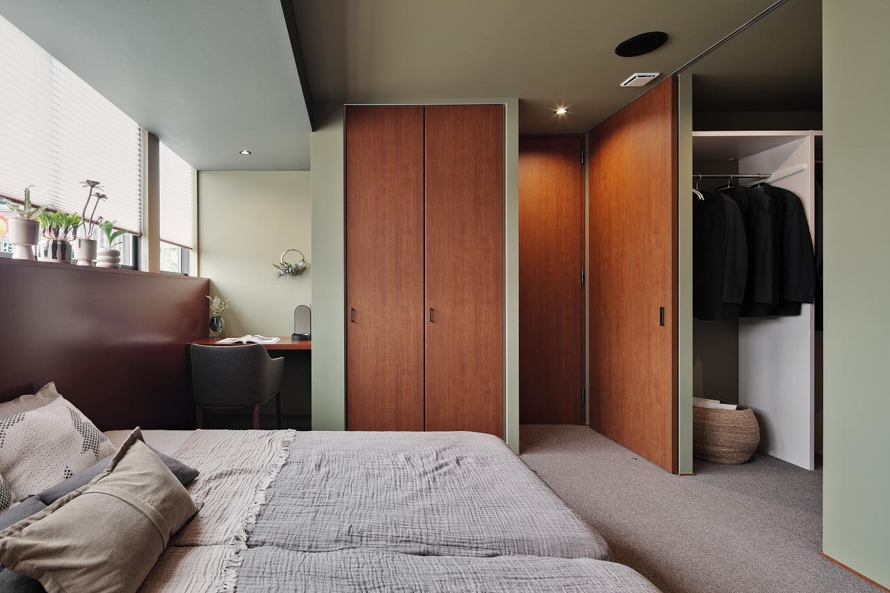 3帖の主寝室には省スペースながらSOHOを設置、続く大容量のウォークインクローゼットは収納する物に合わせて考えられた機能的な収納方法をご提案、参考にしたくなる見どころの一つです!