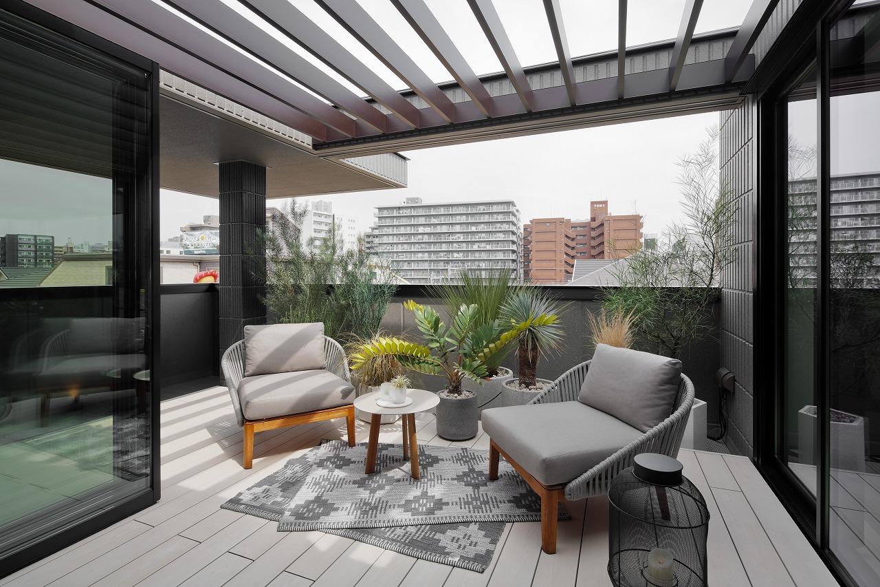 デッキには、パーゴラを設置し日差しを程よくセーブし心地良い空間になっています