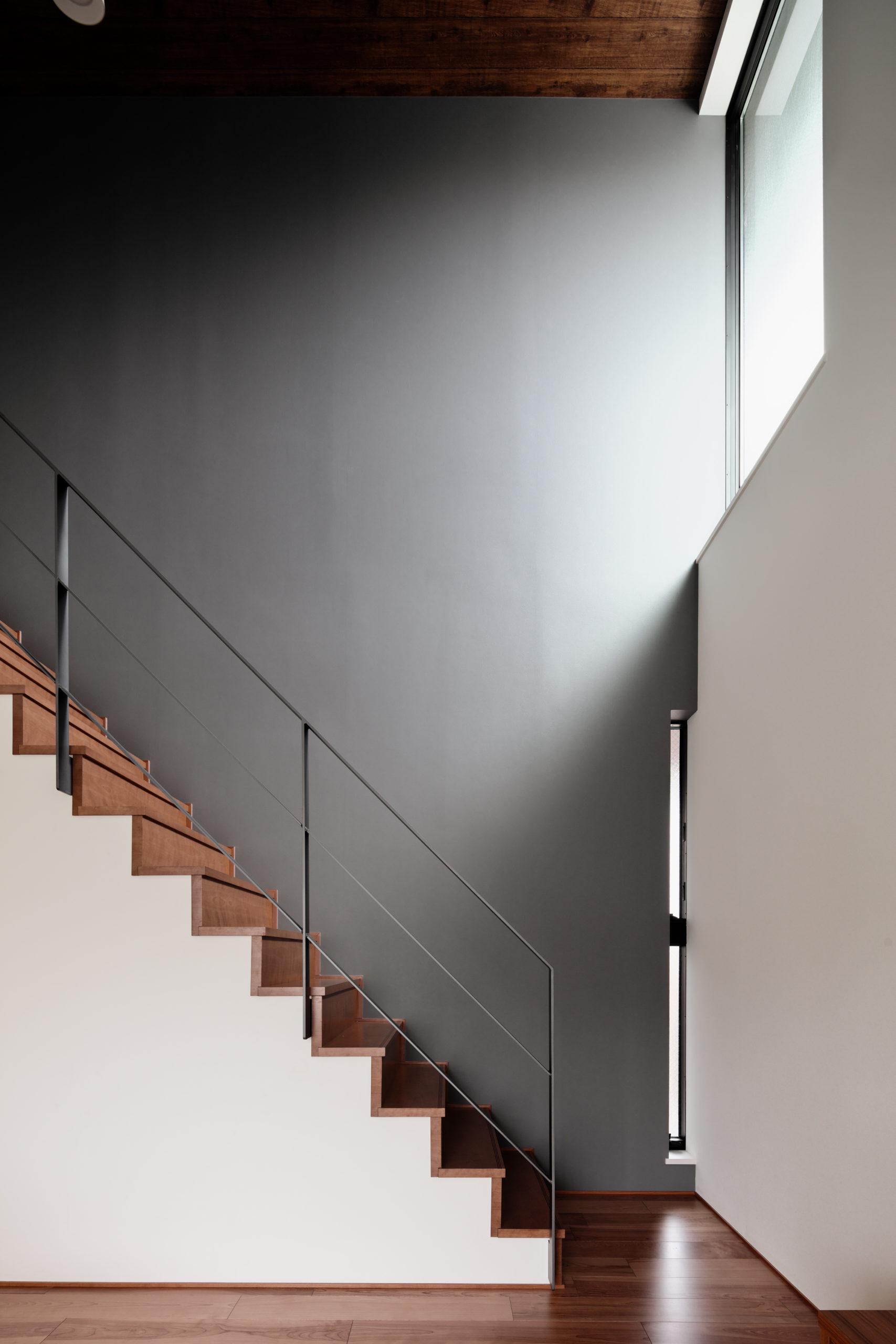 階段:手摺をフレームのみとし、アクセントウォールを強調
