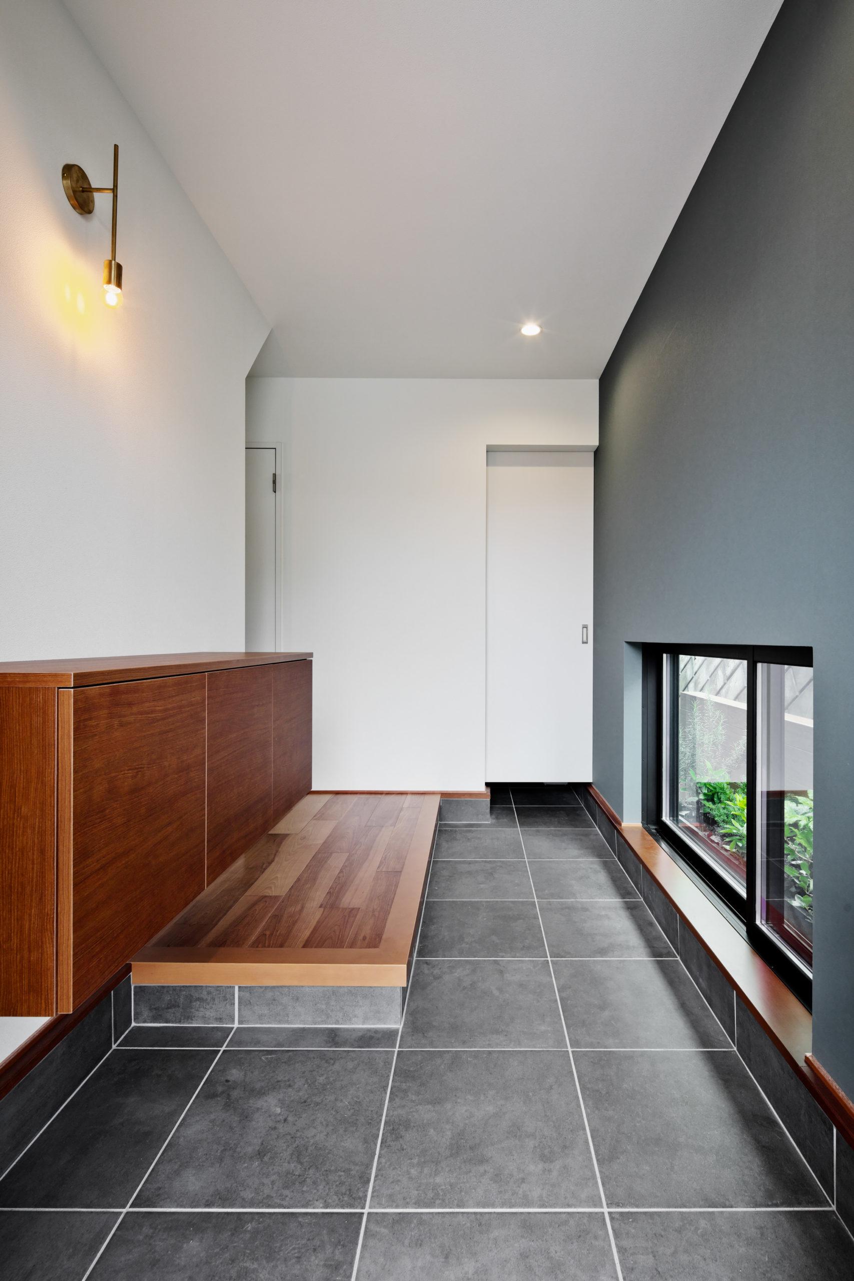 玄関:奥に長い玄関には緑がみえる地窓を配置