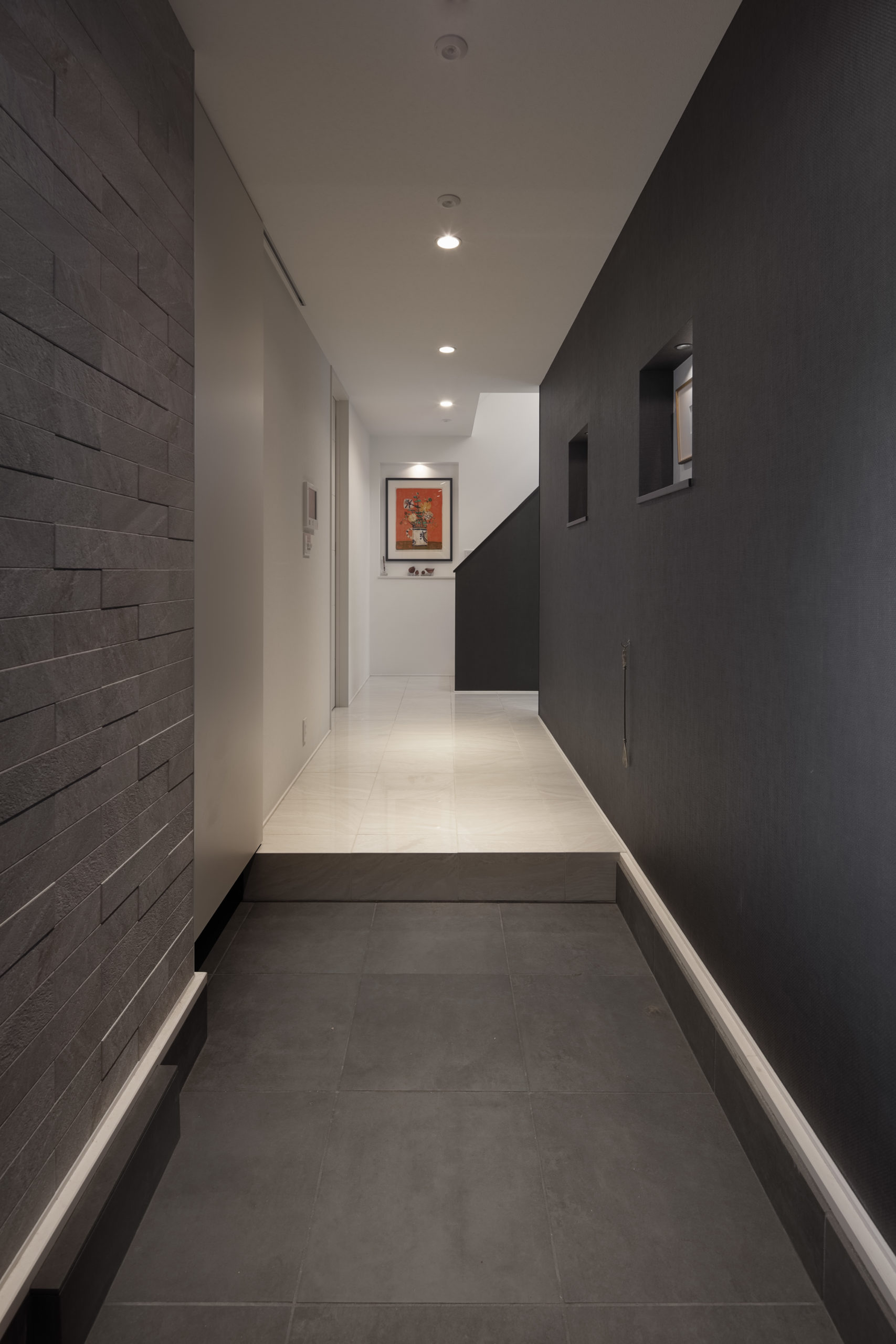 玄関ホールは絵画用ニッチで美術館風に